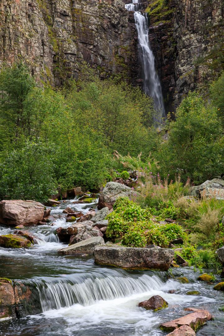Fulufjällets nationalpark med vattenfallet Njupeskär